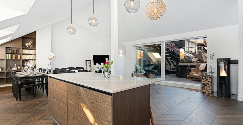 Det ble montert frittstående kjøkkenøy i 2017.