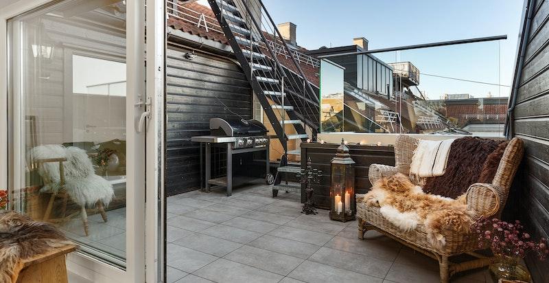 Stor skyvedør fra terrasse til stue/kjøkken.