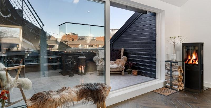 Adkomst privat flislagt terrasse inn mot stille bakgård