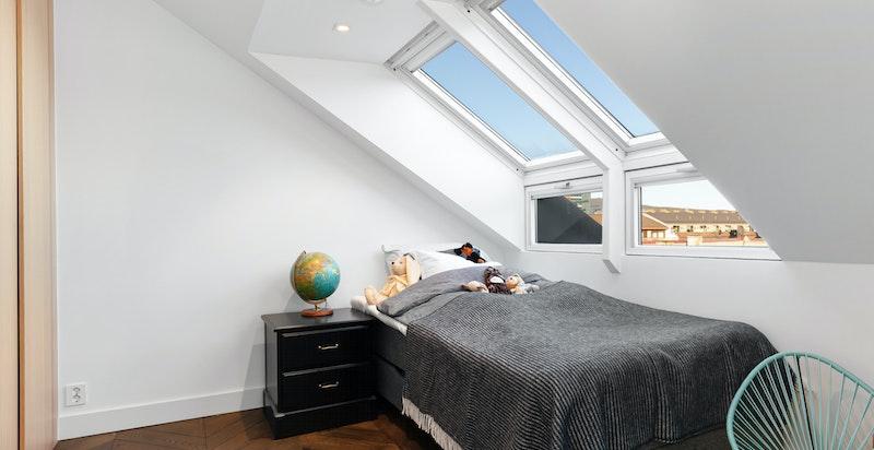 Soverom 2 har store vindusflater som gir mye lys.