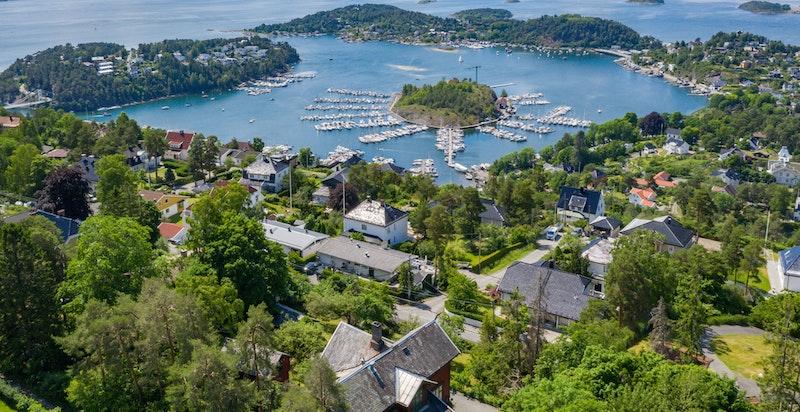 Vistrakt utsikt fra eiendommen over fjorden, øyene og Oslo by.