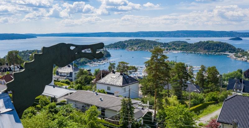 En nydelig utsikt over fjorden fra flere rom i boligen
