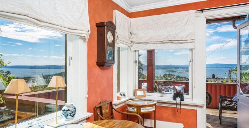 Flott utsikt gjennom store vindusflater