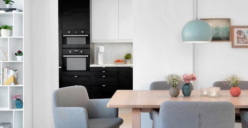 Kjøkkenet er adskilt fra stuen, men samtidig lett tilgjengelig