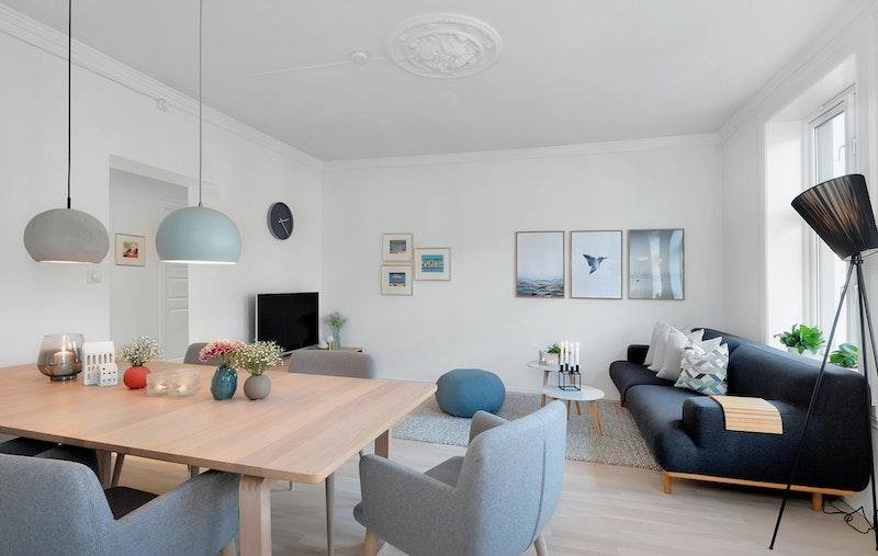 I stuen er det plass til både sofagruppe og romslig spisebord