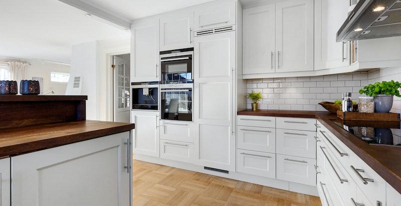 Kjøkken med integrert stekeovn, kombi/micro-ovn, kaffemaskin,kjøl og 2 stk benkefrysere.