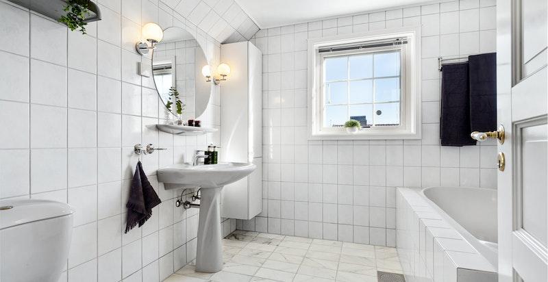 Baderom 2.etasje m/søyleservant, klosett, dusjnisje og innmurt boblebadekar.