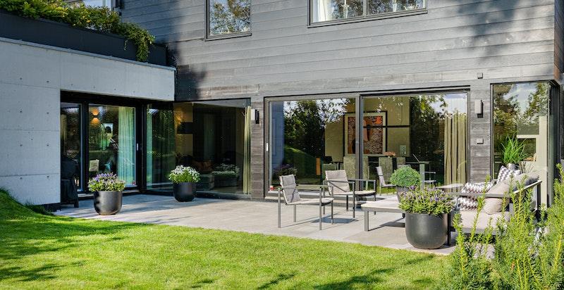 Sommerhalvåret er terrassen og hagen en forlengelse av stuen