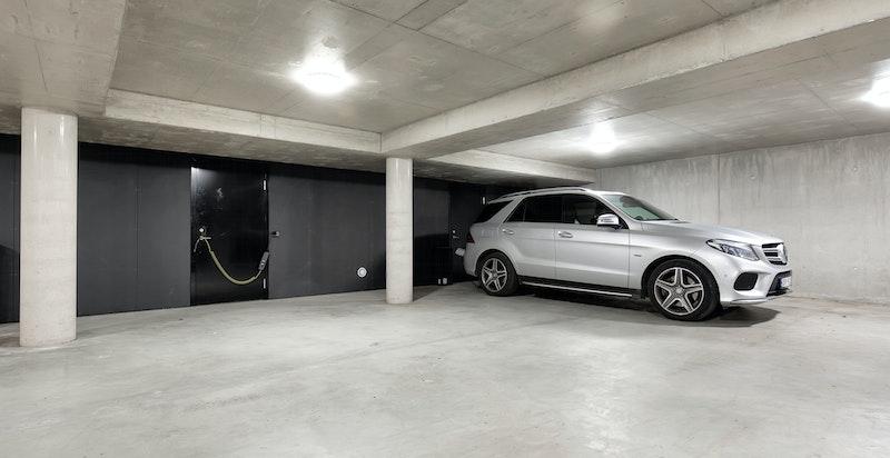 Det medfølger 2 garasjeplasser i lukket underjordisk anlegg, samt romslig bod.
