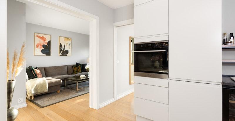 Kjøkkenet er utstyrt med integrerte hvitevarer