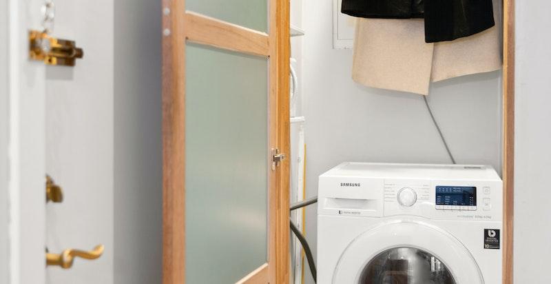 Praktisk garderobeskap med opplegg til vaskemaskin/tørketrommel. Her er det også plass til støvsuger, langkost, etc.