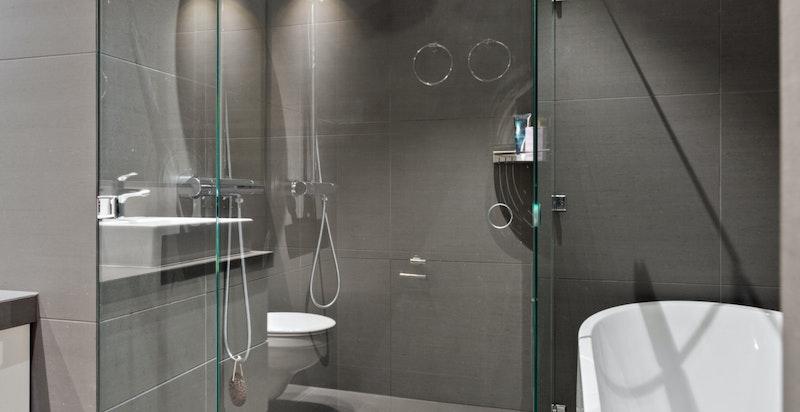 Hovedbad med dobbeltdusj og frittstående badekar