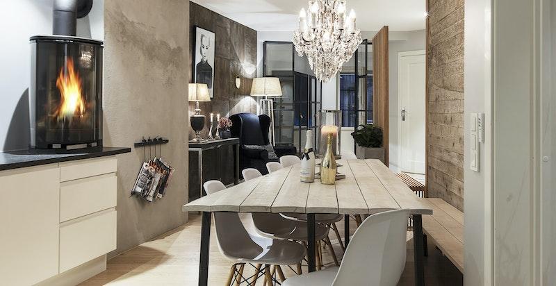 Mellom kjøkken og stue er det plass til et større spisebord.