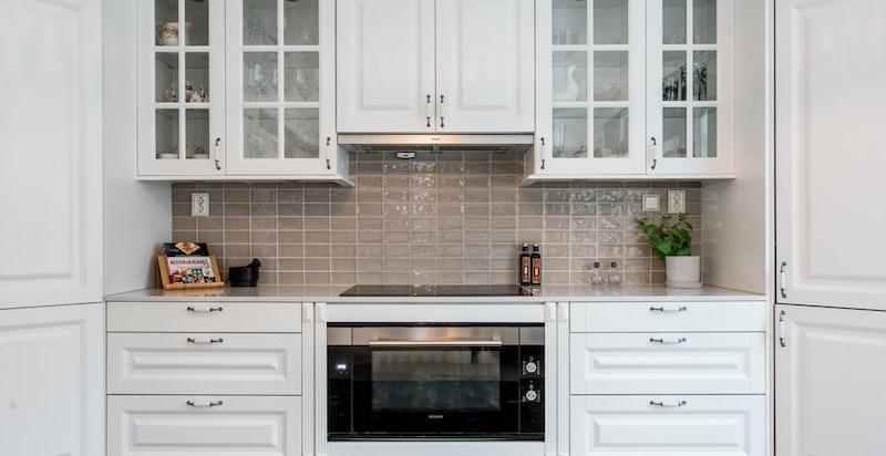 Kjøkken med Integrert koketopp, komfyr, mikro og oppvaskmaskin. Stort hjørnekjøleskap