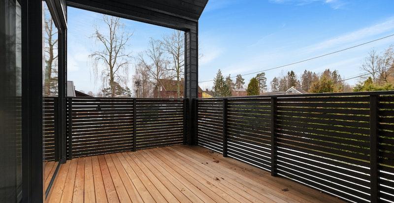 Romslig balkong i 2. etg. med gode solforhold.