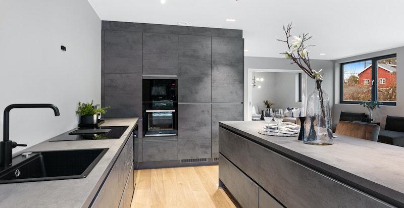 Lekkert kjøkken fra Nobilia. Integrert micro, integrert oppvaskmaskin samt integrert kjøl og frys. Vinkjøler.