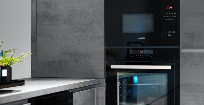 Integrert micro, integrert oppvaskmaskin samt integrert kjøl og frys. Vinkjøler.