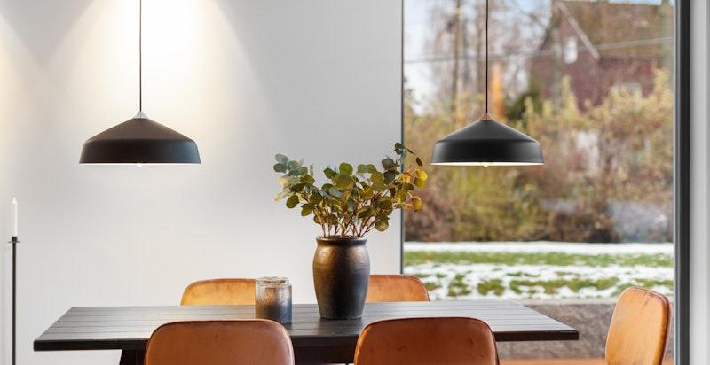 Spisestue. Huset har store vindusflater som slipper inn mye naturlig lys.