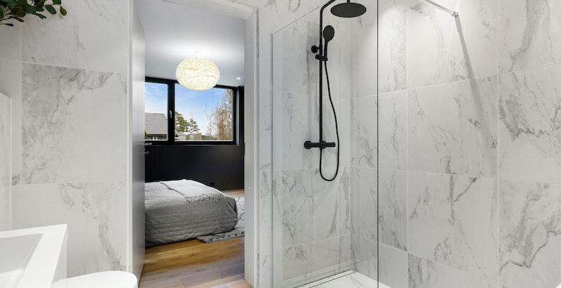 Lekkert bad med badekar tilhørende hovedsoverom.