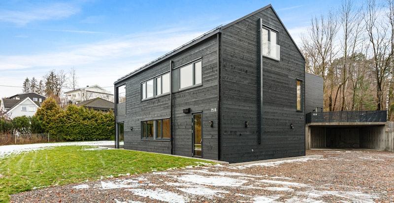 Nyoppført familiebolig med moderne arkitektur.