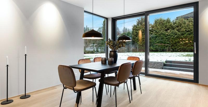 Spisestuen har god plass for spisebordsløsning med mange til bords.