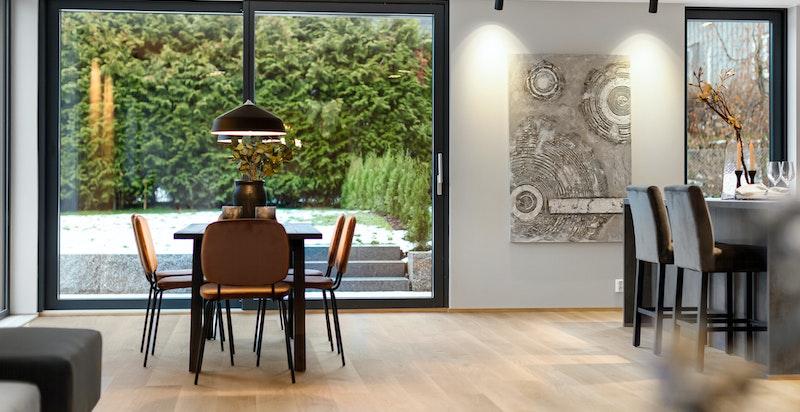 Romslig stue med plass for stort spisebord