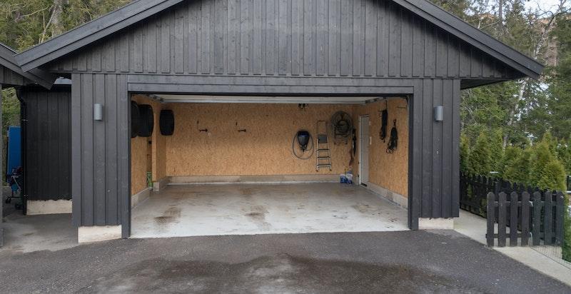 Egen privat dobbeltgarasje med god bodplass til sportsutstyr