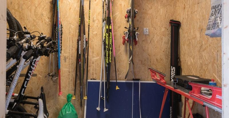 God bodplass i garasjen til sportsutstyr