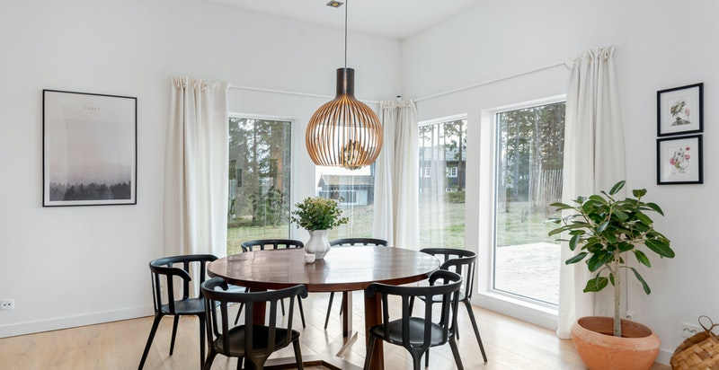Spisestuen ligger mellom kjøkkenet og stuen - med store vindusflater mot solrik hage og markterrasse