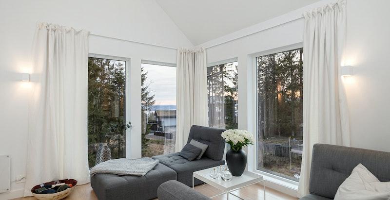 Stue i 2. etg. med store vindusflater og utiskt, samt trapp opp til hemsen