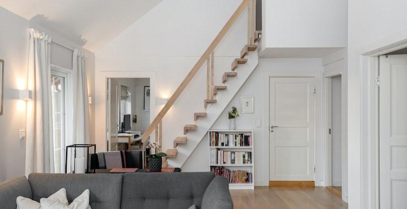 Stue i 2. etg. med trapp opp til hems