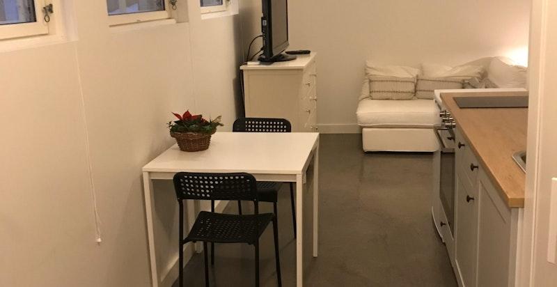 Hybel 1 - kjøkken inn mot liten stue og 3 vinduer (rom ikke godkjent til soverom/varig opphold)