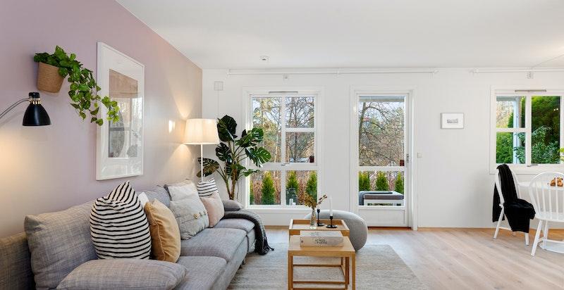 Store vindusflater slipper inn rikelig med naturlig lys.
