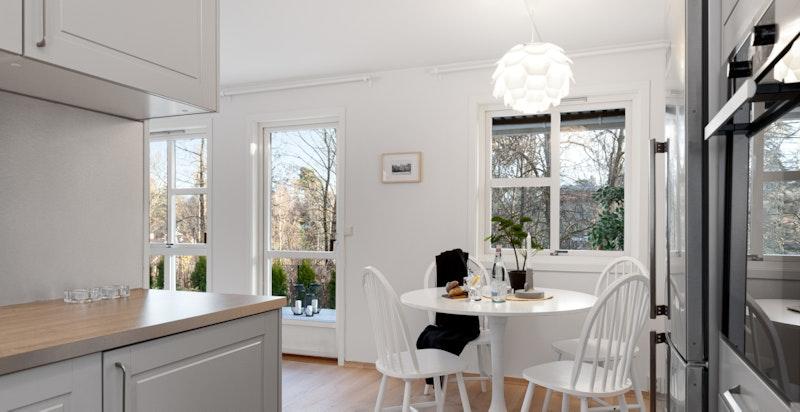 Plass til spisebord naturlig mellom stue og kjøkken.