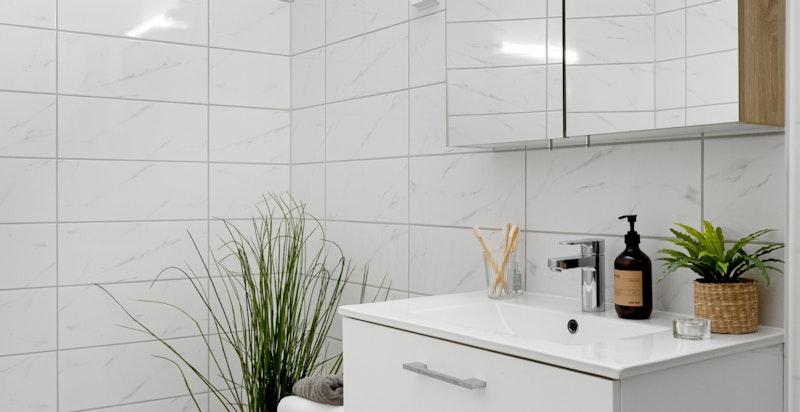 Badet ble overflateoppusset med nye fliser på smøremembran og fornyet med sanitært utstyr og nye varmekabler i 2016.