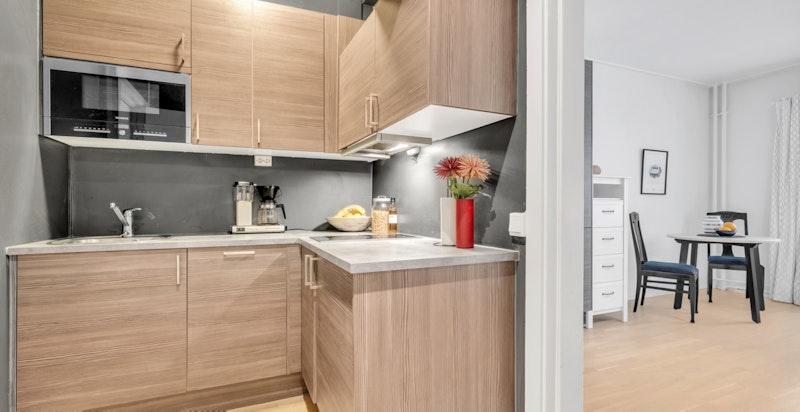 Pent og moderne kjøkken med integrerte hvitevarer. Rikelig med skap og benkeplass.