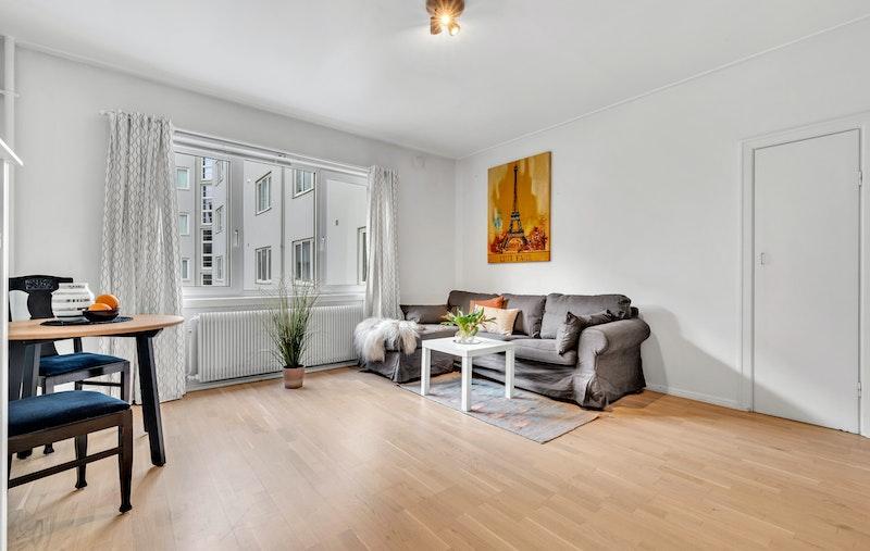 Leiligheten har en fin og lys stue med store vindusflater. Flere møbleringsalternativer.