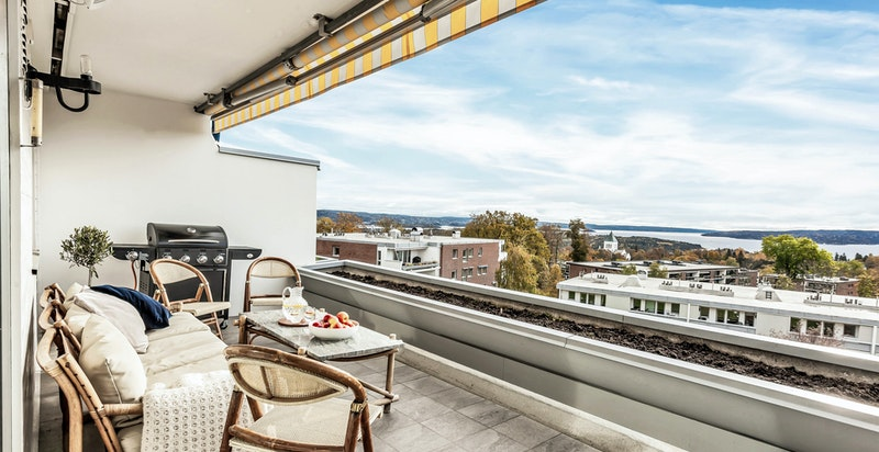 Stor balkong med panoramautsikt