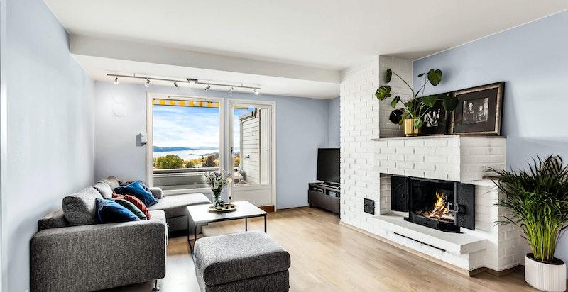Stue med balkong og peis