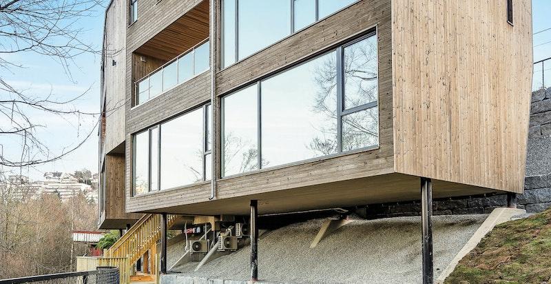 Store vindusflater og konstruksjonsmessig uvanlige detaljer som bl.a. skråvinduer og gjennomgående siktlinjer flere steder, gjør bygget ekstremt dynamisk og spennende
