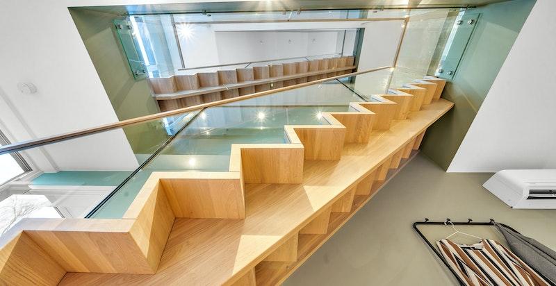 Flotte trappeløp gjennom boligen slynger seg stilig gjennom etasjene
