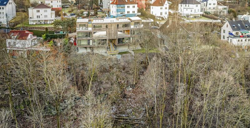 Som nærmeste nabo finner man hyggelige turstier langs elva og inn mot Svartdalens flotte skogsområder