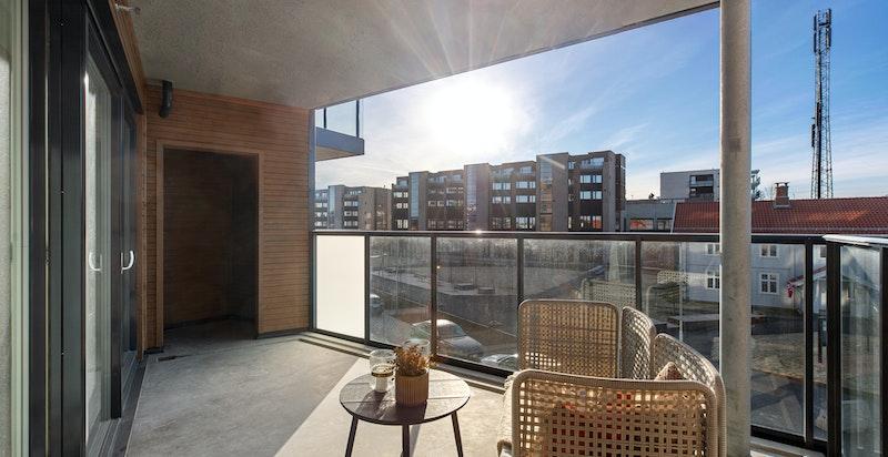 Sydvestvendt balkong på 13,5 kvm med utgang fra stue