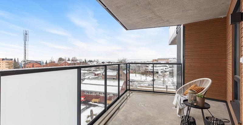 Sydvestvendt balkong på ca. 12,5 kvm med hyggelig utsyn.