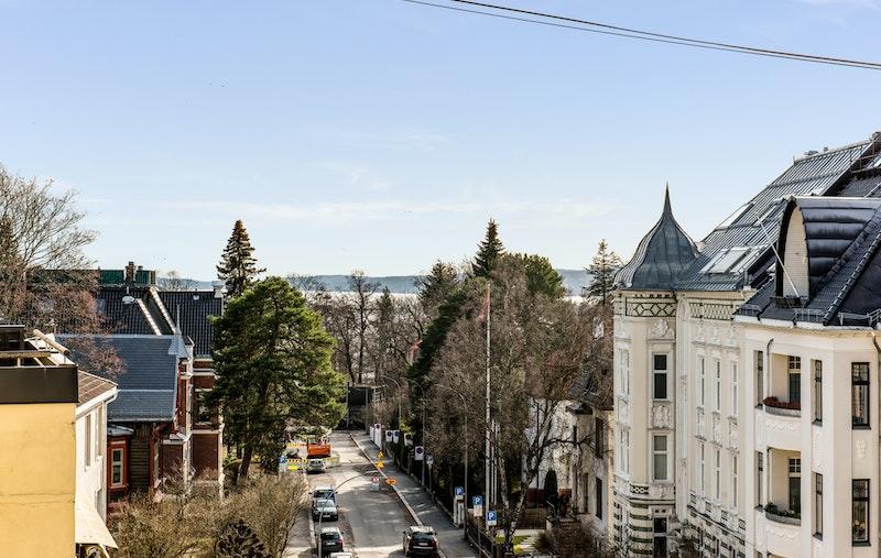"""Terrassen gir godt utsyn også den andre veien, sørover, """"over Gimle"""" og Thomas Heftyes gate i retning av ambassadestrøket."""