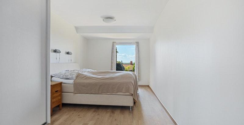 Master soverom har god plass til dobbeltseng og tilhørende nattbordsmøblement
