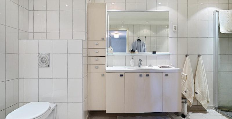 Stort og pent flislagt bad med varmekabler i gulv