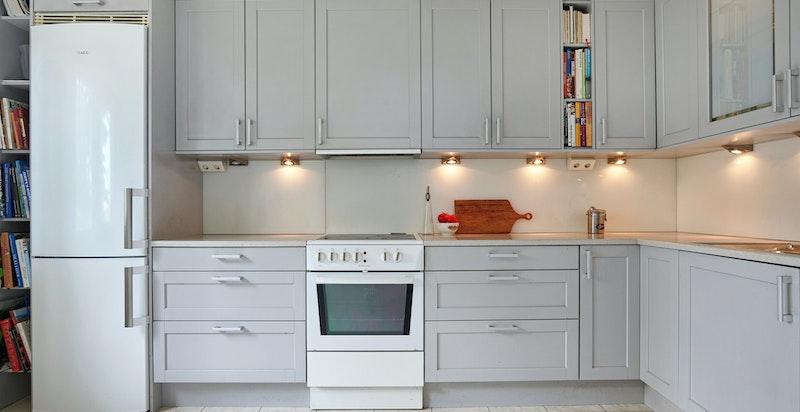 Norema kjøkkeninnredning fra 2006 med profilerte lys grå fronter