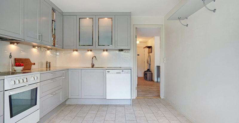 Det er plass til spisebord på kjøkkenet