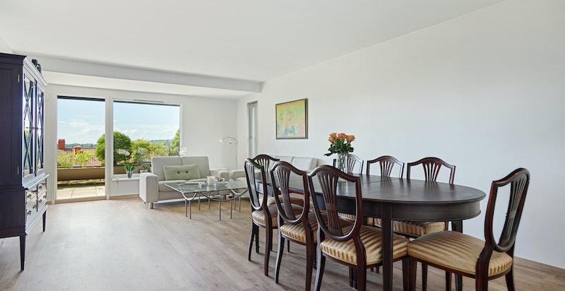 Stor og åpen stue med utgang til solrik terrasse på ca 21 kvm